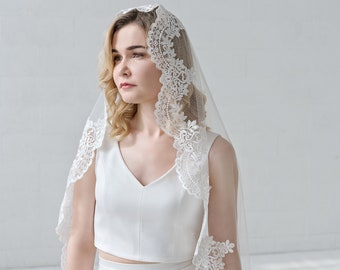 Maria - mantilla veil with lace edge