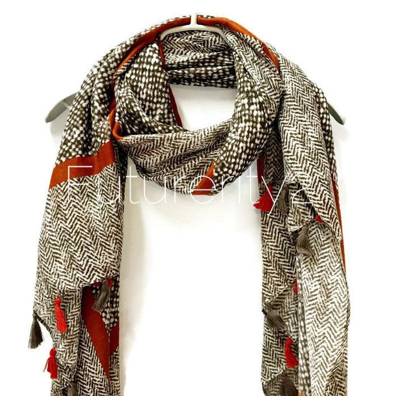 ed20c7b1b6c Modèle en Tweed avec des glands clair marron foulard printemps