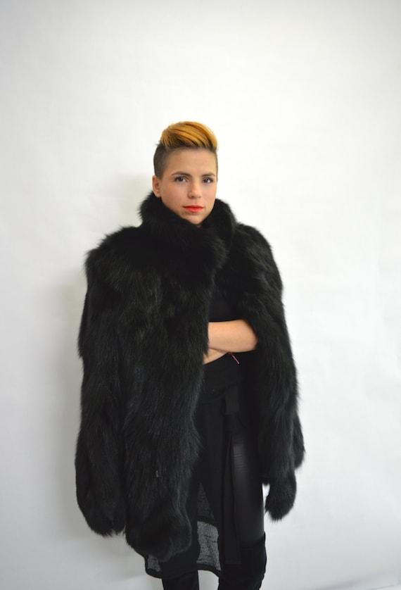 Véritable manteau de fourrure de renard noir avec col haut, veste en fourrure de renard authentique. Poussette de fourrure d'hiver avec le cordon.