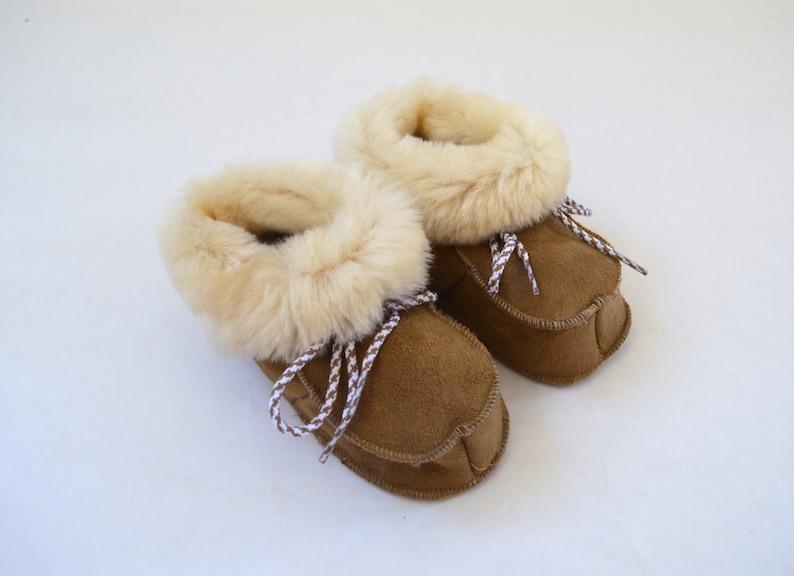 24f3ffcdfe22e Pantoufles en peau de mouton véritable pour les bébés.