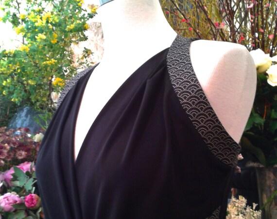 Robe portefeuille noire, cache-coeur croisé, motif vagues Seigaiha. Robe chic d'été, tissu japonais.