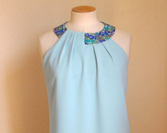 Robe Collier : Robe bleu émeraude en crêpe. Collier en tissu traditionnel japonais. Plis en asymétrie sur le devant.