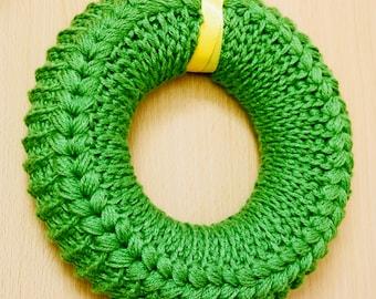 English+German Crochet Pattern. Crochet wreath pattern with a chart and written instruction.