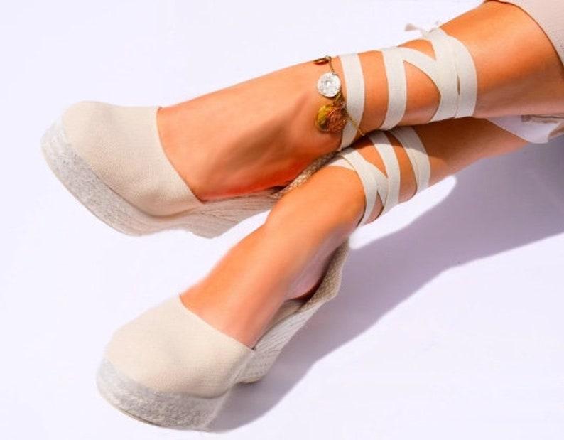 vegane-schuhe-sandalen-mit-keilabsatz-aus-baumwolle-und-jute