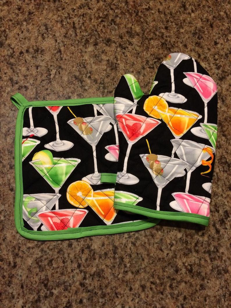 Mixed drinks insulatedquilted pot holder and oven mitt set