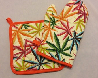 Multicolored pot/weed print insulated/quilted oven mitt and pot holder set