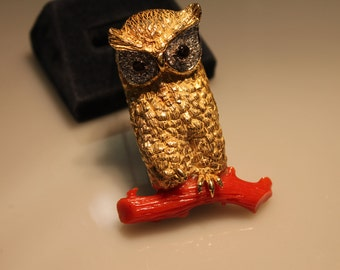 a820 Vintage Unique Brooch 18k Yellow Gold Sitting Owl Diamond Eyes Limb Coral