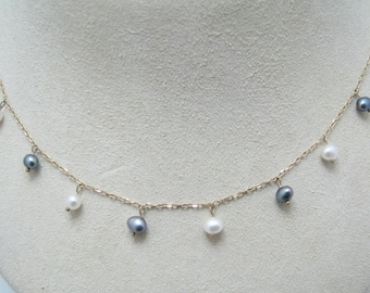 c269 Pretty White & Black Freshwater Pearl Necklace in 10 k Yellow Gold