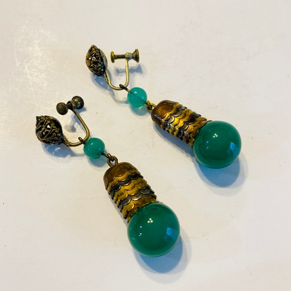 f595 Vintage Gold Tone Green Jade Dangle Screw-on