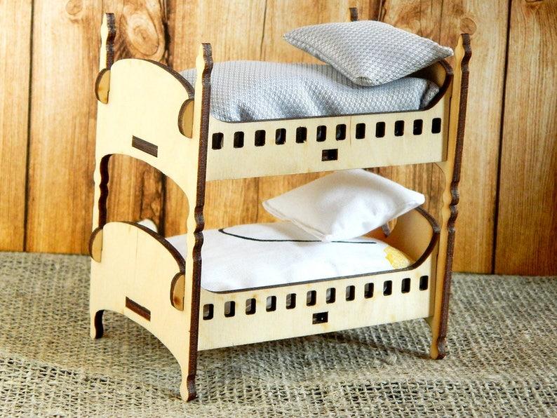 Etagenbett Puppe : Puppe etagenbett mit treppe und kissen auf einem weißen