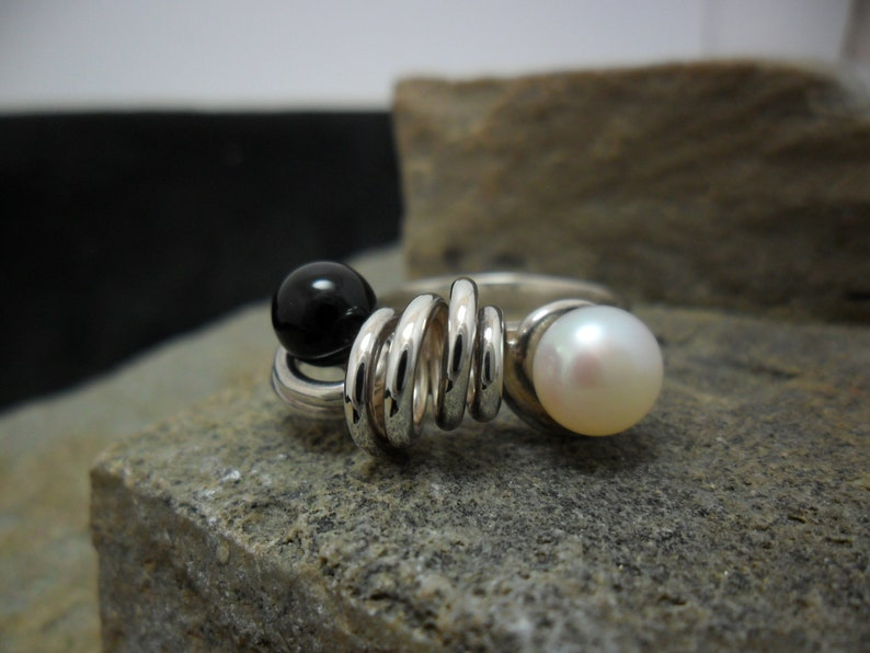 Sterling silver ring adorned with onyx and cultivated pearl