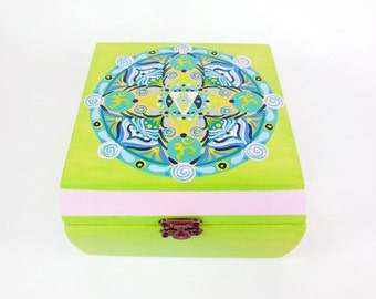 Cofanetto di legno con mandala dipinto a mano, perfetta come idea regalo per cameretta ragazze e signore; simboli Om e Stella di Davide.