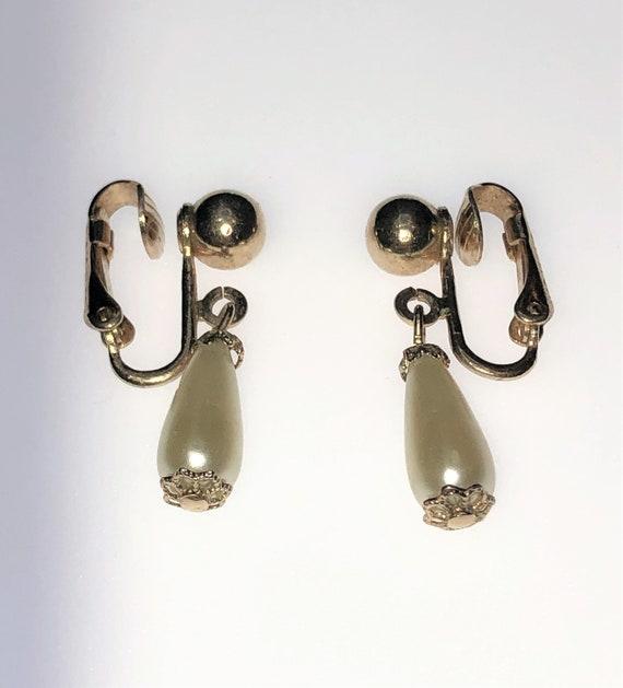 Vintage SARAH COVENTRY Pearl Clip On Earrings. Vin