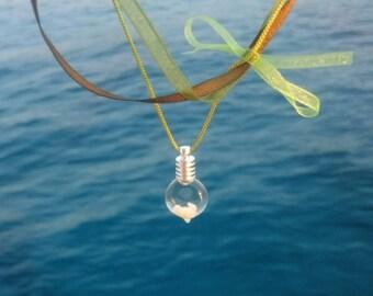 Collier vert et kaki à pendentif fiole de coquillages_coquillages de méditerranée_fait main en France