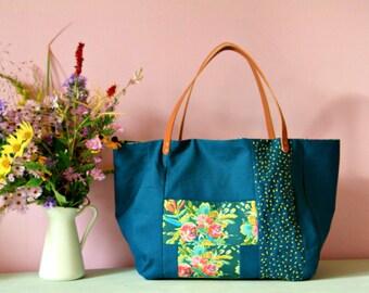 Cabas en lin bleu canard avec anses en cuir, Grand sac cabas brodé, Sac en tissu bleu et doublure à fleurs, Cabas de créateur, Sac poches