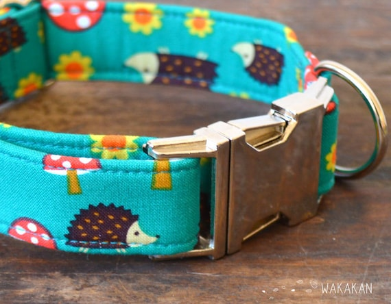 Forest Friends dog collar. Adjustable and handmade with 100% cotton fabric. flowers, mushrooms and hedgehog. Wakakan