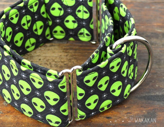 Martingale dog collar model I Want to Believe . Adjustable and handmade with 100% cotton fabric. Green alien. Wakakan