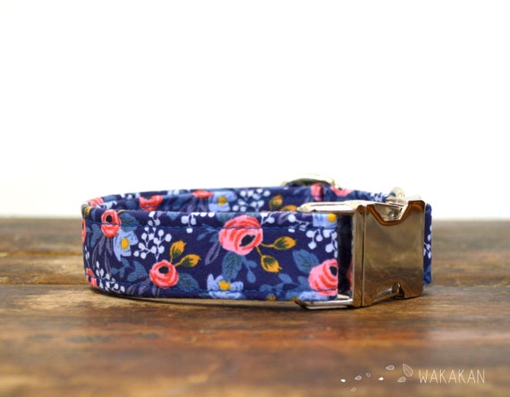 Enchanted  dog collar. Adjustable and handmade with 100% cotton fabric. Flowers in a dark blue background. Wakakan