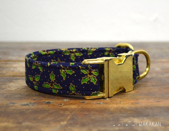 Holly Tree dog collar. Adjustable and handmade with 100% cotton fabric. Christmas winter style. Gold dots and leaves. Wakakan