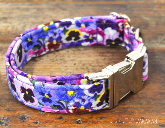 Dream On dog collar adjustable. Handmade with 100% cotton fabric. Flower pattern, purple pansy. Wakakan