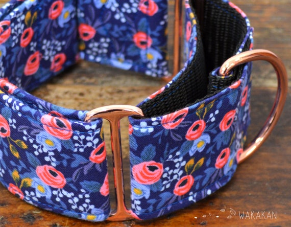 Martingale dog collar model Enchanted. Adjustable and handmade with 100% cotton fabric. Pink roses in dark blue background, Wakakan
