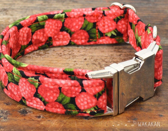 Raspberries dog collar. Adjustable and handmade with 100% cotton fabric. Fruity Wakakan