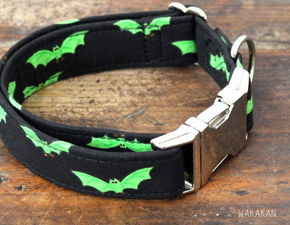 Radioactive Bats dog collar adjustable. Handmade with 100% cotton fabric. Halloween. Wakakan