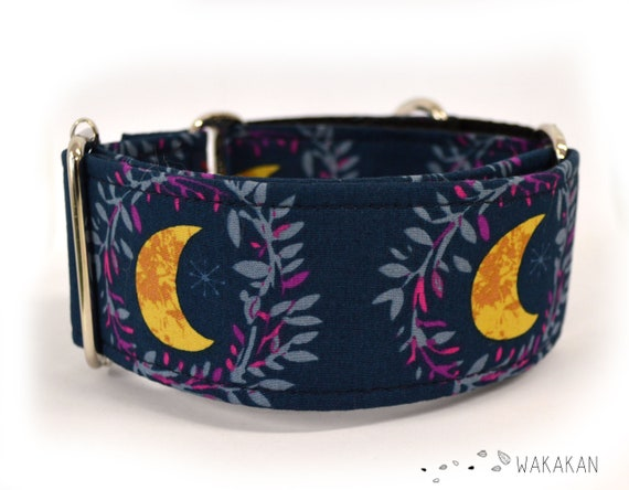 Martingale dog collar Fairytale. Adjustable and handmade with 100% cotton fabric. Moon leaves dark blue background. Wakakan