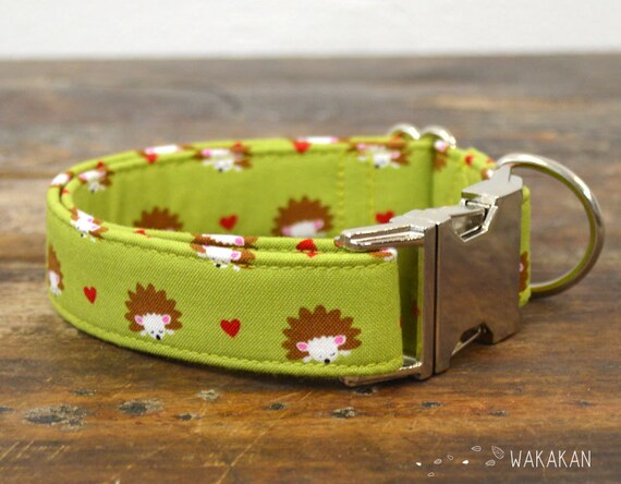 We Love Hedgehogs dog collar adjustable. Handmade with 100% cotton fabric. Lovely hedgehog pattern in green background. Wakakan