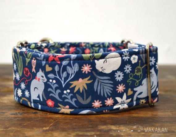 Martingale dog collar model Playful Cats. Adjustable and handmade with 100% cotton fabric. cats, flowers, colorful. Wakakan