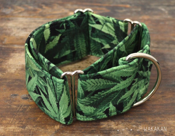 Martingale dog collar model Mary Jane. Adjustable and handmade with 100% cotton fabric. Cannabis leaves. Wakakan