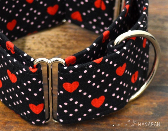 Martingale dog collar model Sweety. Adjustable and handmade with 100% cotton fabric. hearts in black, pink dots valentine's. Wakakan