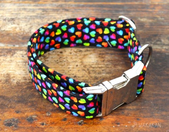 Crazy Hearts dog collar. Adjustable and handmade with 100% cotton fabric. Colorful hearts in black background, 80's, 90's Wakakan