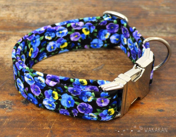 Tiny Pansies dog collar adjustable. Handmade with 100% cotton fabric. Flower pattern, purple pansy. Wakakan