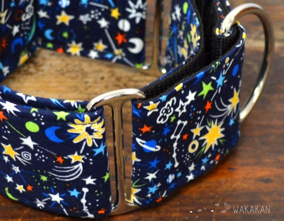 Martingale dog collar model Galaxy Madness. Adjustable and handmade with 100% cotton fabric. Stars, planets, universe, Wakakan