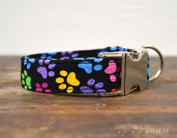 Paws dog collar adjustable. Handmade with 100% cotton fabric. Rainbow paws in black background. Wakakan