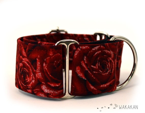 Martingale dog collar Bed of Roses. Adjustable and handmade with 100% cotton fabric. Red roses with glitter. Wakakan