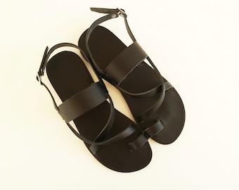 Femmes en cuir noirs plats sandales - sandales grecques