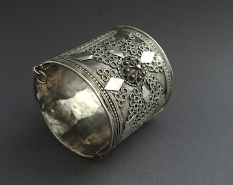 ethnic jewellery satiny patina simple /& elegant tribal style for the city nomad WELL WORN chunky old silver Moroccan Berber dowry bangle