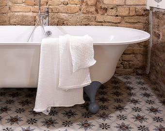BRIGHT WHITE linen bath towel. Washcloth, hand, body towel SET. Waffle textured linen towels. Bright white linen washcloths. Beach towel