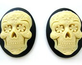 2 Gothic Day of the Dead Ivory color Sugar Skull Flowers Black Día de los Muertos Emo Wiccan 40mm x 30mm Resin CAMEOS Calaveras de Azúcar