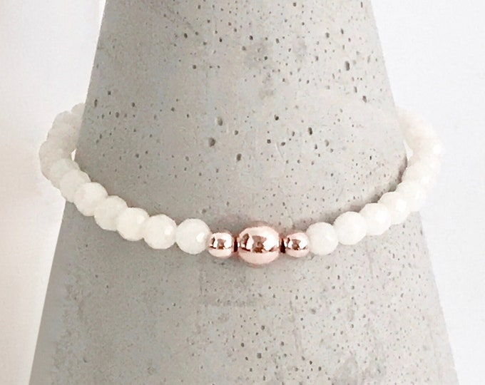 QUINSCO - Small Beige/Off-White Bead Stretch Bracelet with Rose Gold Hardware