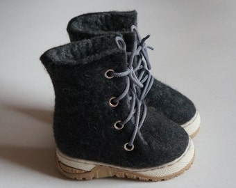 Wool felt back and grey winter baby booties with rubber soles / Natural wool baby shoes / Children boots