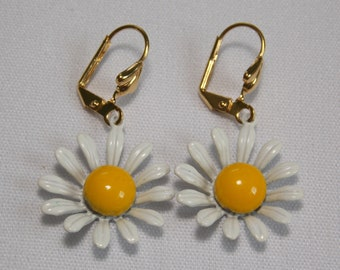 Vintage Daisy Flowers Earrings in White and Yellow