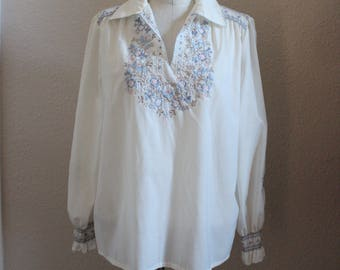 Vinage 70s White Long Sleeve Floral Embroidered Folk Bohemian Blouse // Top Tunic Collared