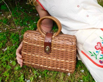 1950s Circle Top Handle Woven Basket Purse with Turnkey Clasp and Atomic Print Lining
