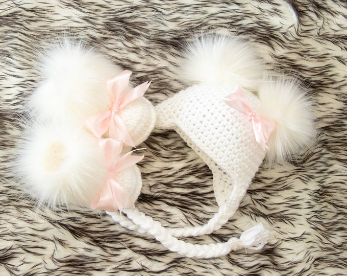 White Baby girl faux fur booties with bows and double pom hat, Crochet Baby girl clothes, Newborn girl outfit, Baby girl gift, Preemie girl