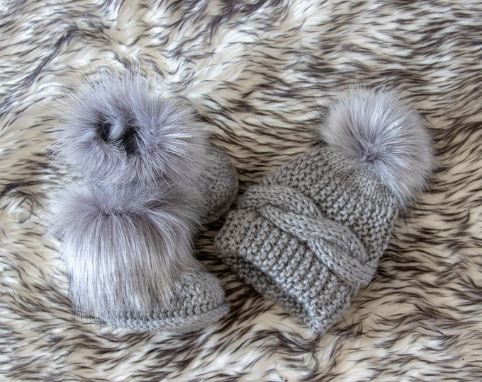 Gray baby hat and booties with fur - Baby winter clothes - Fur booties - Pom pom hat - Gender neutral baby clothes - Baby shower gift
