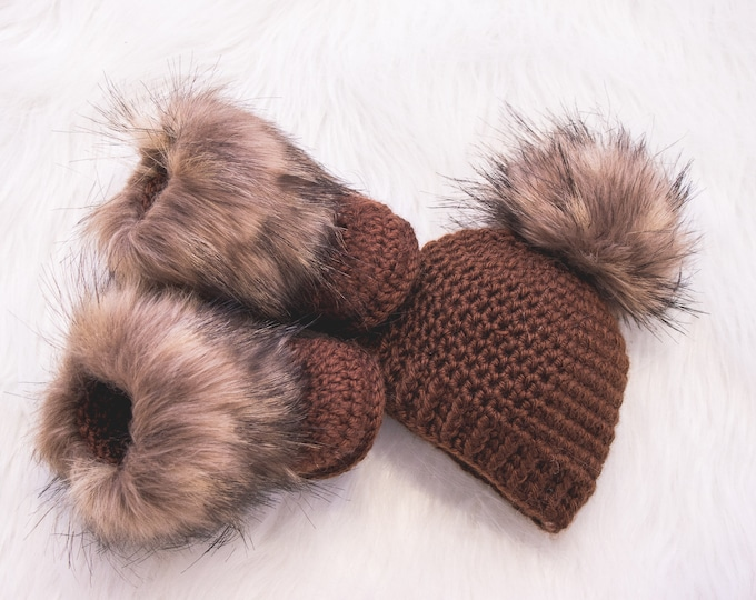 Brown fur baby Booties and pom pom Hat, Crochet Newborn Baby Set, Hat and Booties, Gender Neutral baby outfit, Unisex baby winter clothes
