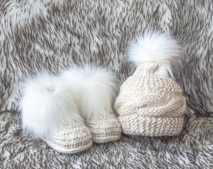 Beige baby hat and booties with white fur, Baby winter clothes, Fur booties, Pom pom hat, Gender neutral clothes, Baby gift, preemie clothes